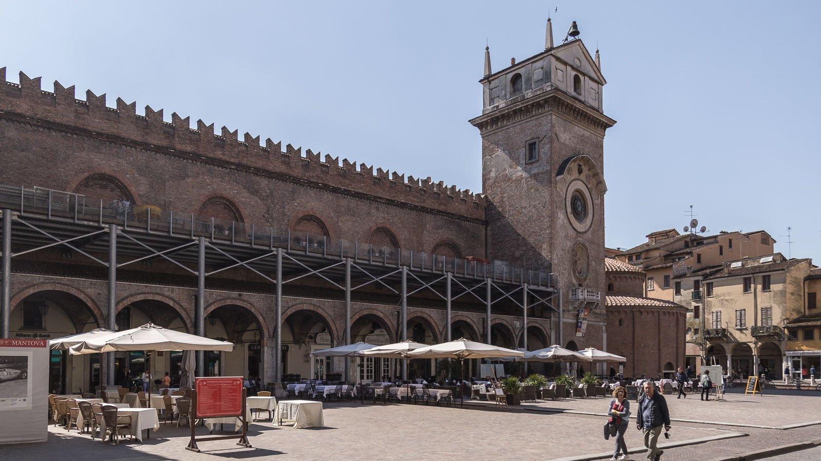 piazza-delle-erbe-mantova